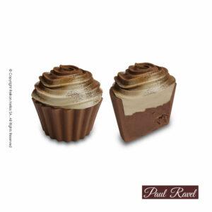 Σοκολατάκια cupcakes με βάση απο σοκολάτα γάλακτος και γέμιση από γκανάζ tiramisu και τελείωμα απο λευκή κρέμα αρωματισμένη με καφέ