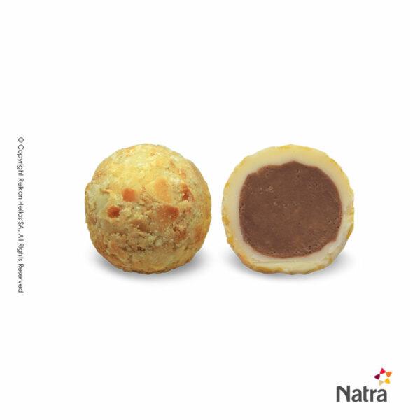 Τρούφες λευκής σοκολάτας με γέμιση πραλίνας αμυγδάλου και επικάλυψη φιλέ αμυγδάλου.