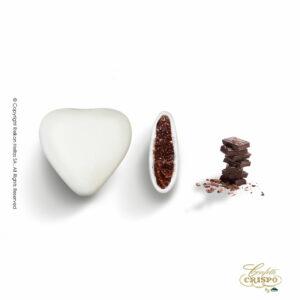 Σοκολάτα υγείας και λεπτή επίστρωση ζάχαρης σε σχήμα καρδιάς και λευκό χρώμα. Ιδανικά για γάμο, βάπτιση, candy bar και events.