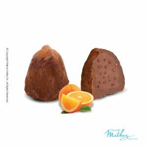 Τρούφες κακάο με κομματάκια πορτοκαλιού.